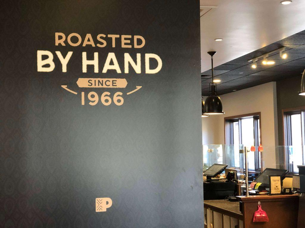 ピーツコーヒーの生まれた年を刻む店内デザイン