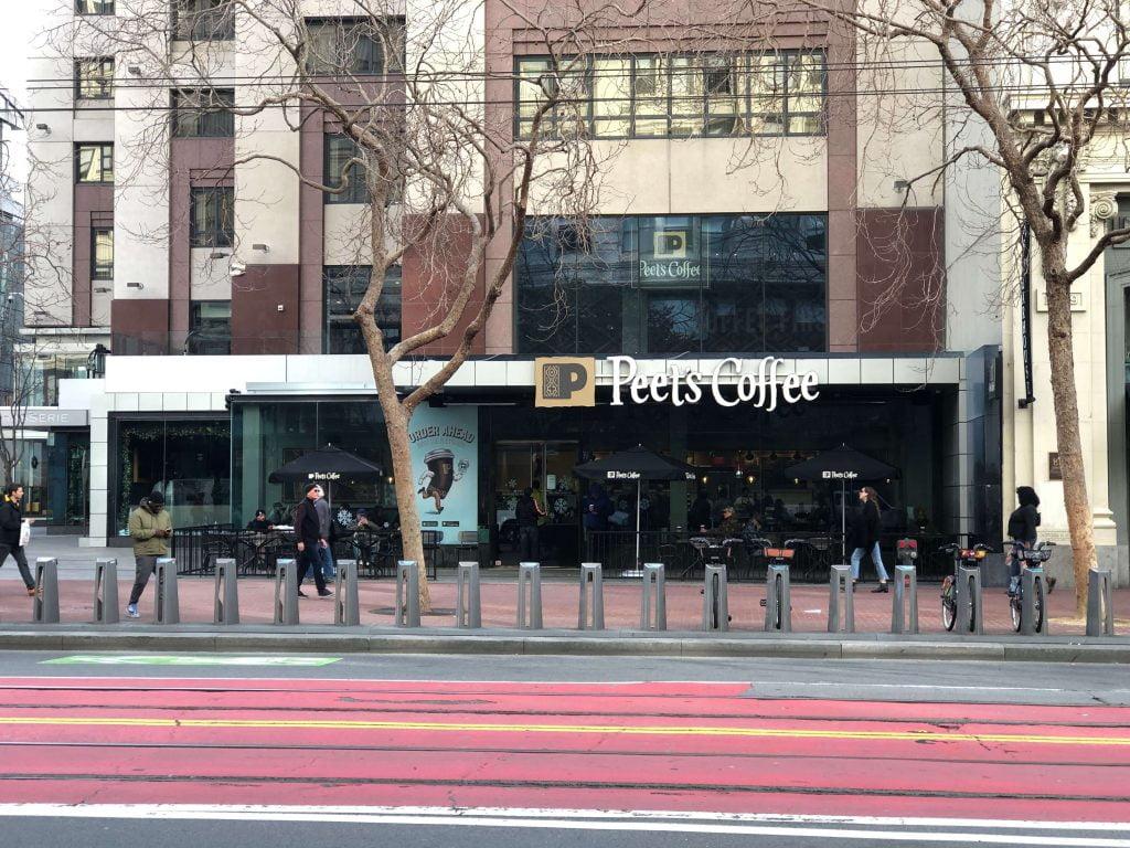 ガラス張りのピーツコーヒー店舗概観