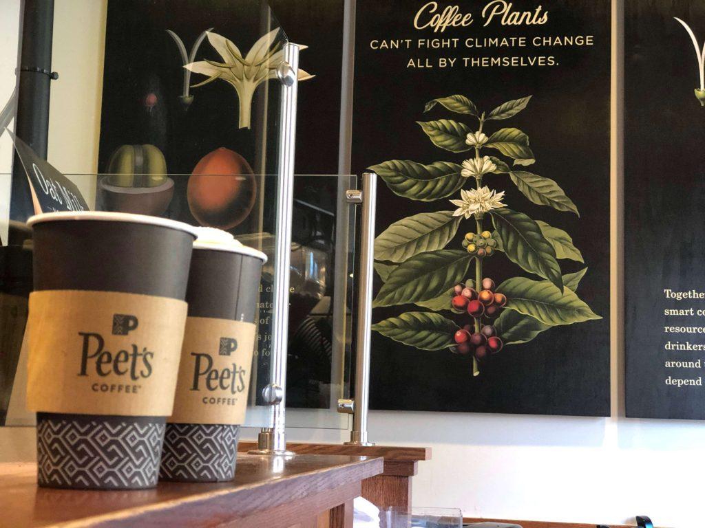 ピーツコーヒーのカップと店内デザイン