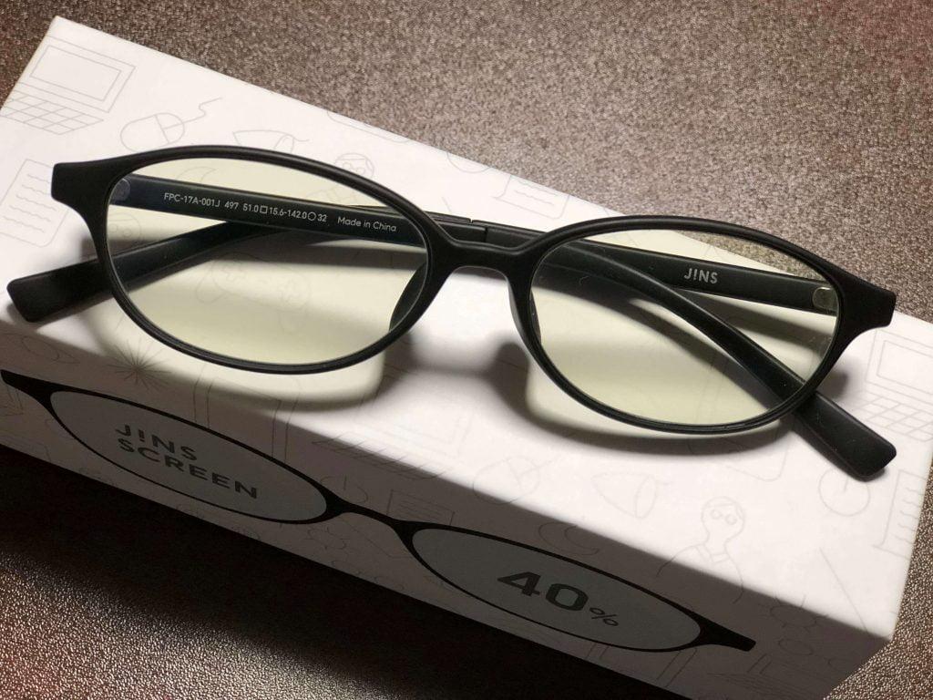 製品外箱の上に置かれたジンズブルーライトカットメガネ(ジンズスクリーン)
