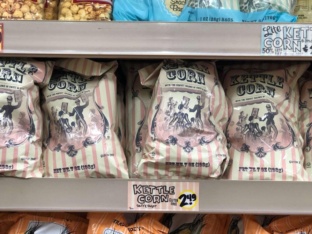 店内の棚に陳列されているトレーダージョーズ販売のケトルポップコーン