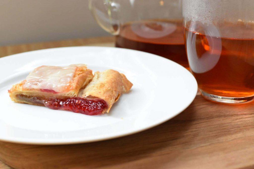 紅茶と一緒にサーブされたトレーダージョーズ販売デニッシュクリングル(ラズベリー味)