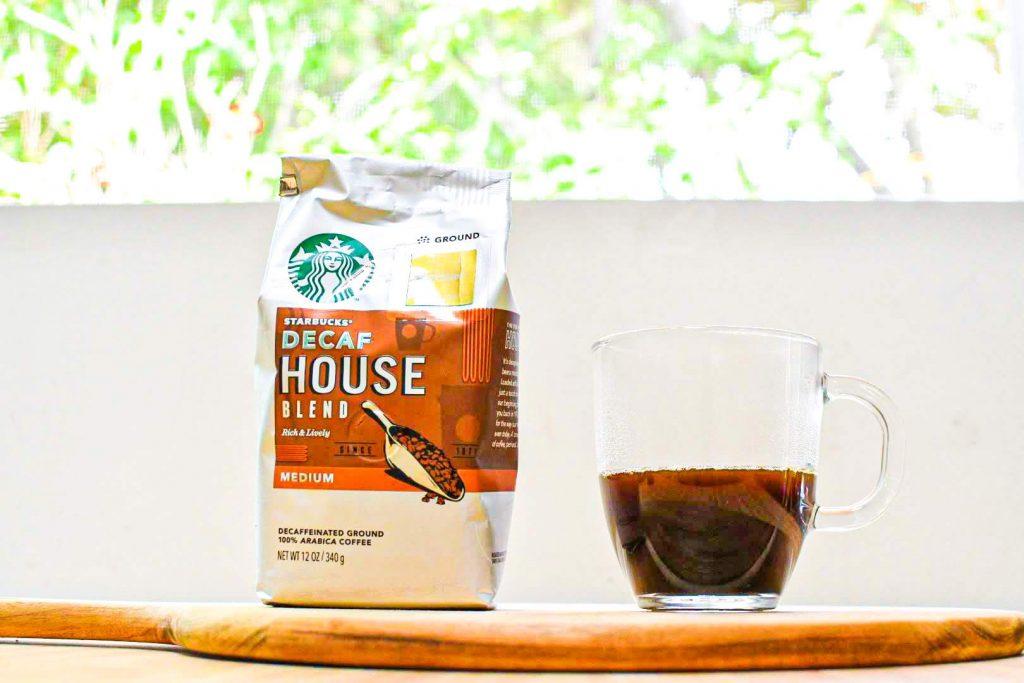 スターバックスデカフェハウスブレンドのパッケージと実際にコップに淹れられたコーヒー