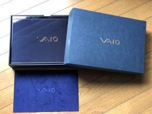 特別化粧箱に入ったVAIOSX14勝色と付属の東レスエード画面クリーナー