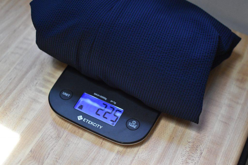 ハンガー重量100グラムを加えても無印良品の針が細い画鋲で問題なく留められるジャケットの重さ