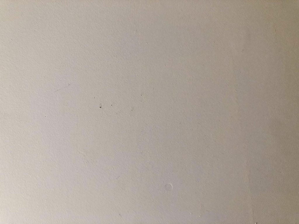 無印良品の針が細い画鋲と通常の画鋲によって壁に開く穴の大きさ比較