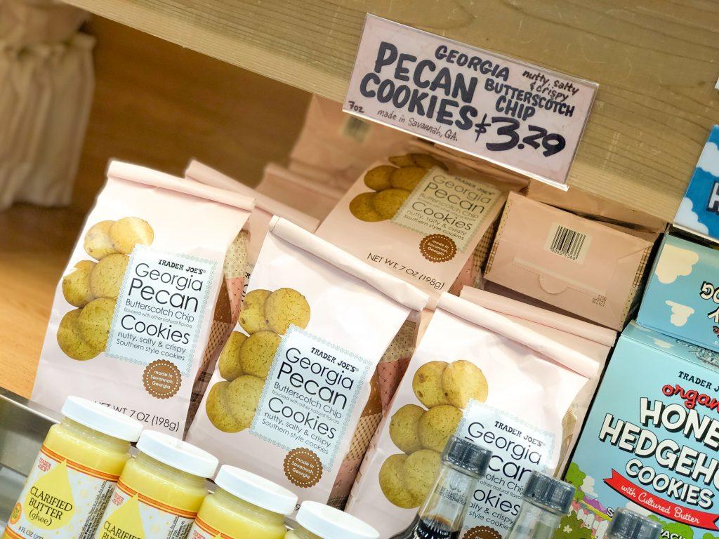 店舗棚に陳列されたトレーダージョーズ販売ピーカンナッツバタースコッチチップクッキー