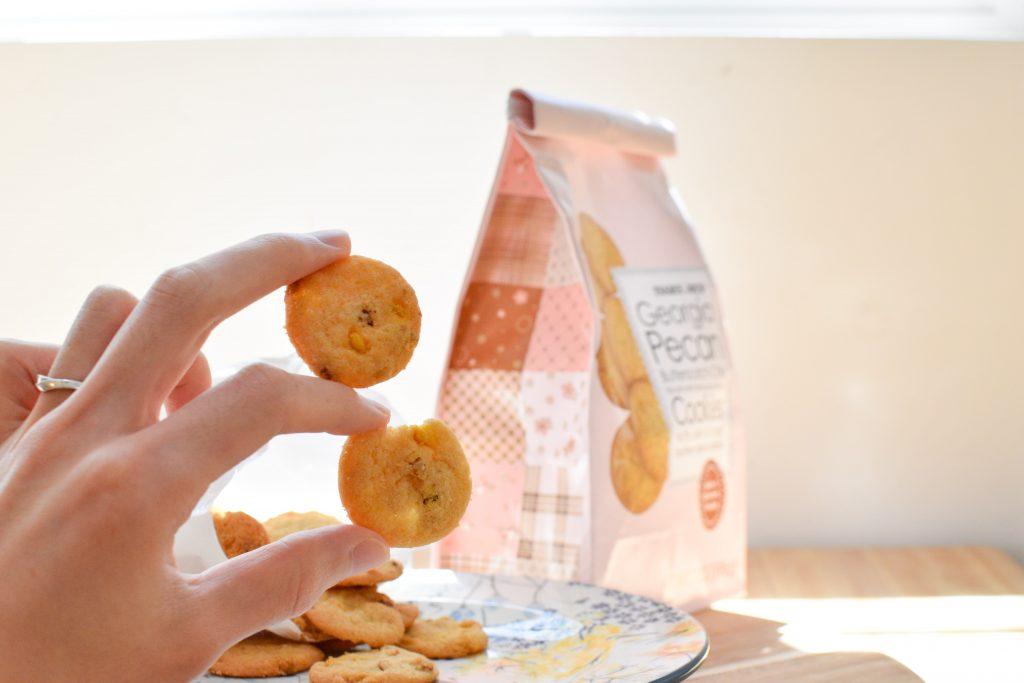 手に持ったときのトレーダージョーズ販売ピーカンナッツバタースコッチチップクッキーのサイズ感