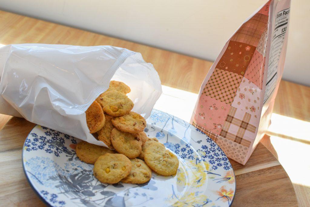 トレーダージョーズ販売ピーカンナッツバタースコッチチップクッキーをお皿に出している最中