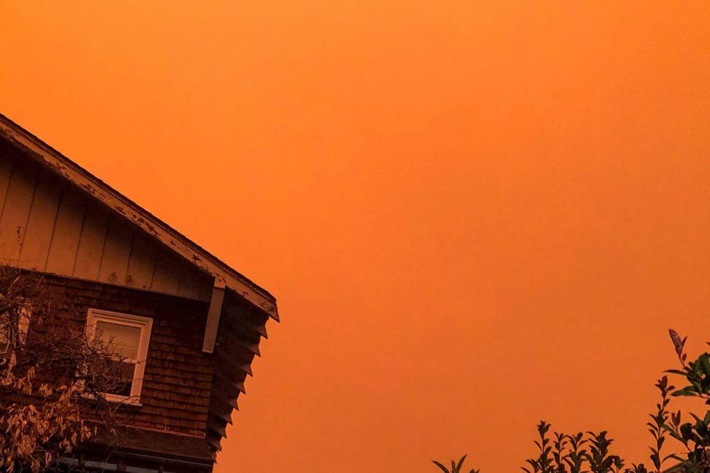山火事の影響でオレンジ色に染まったカリフォルニアの空