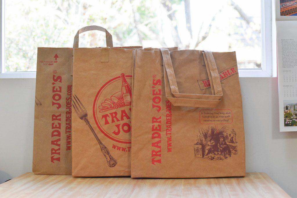 トレジョ(トレーダージョーズ)の繰り返し使える紙エコバッグと使い捨て紙バッグ