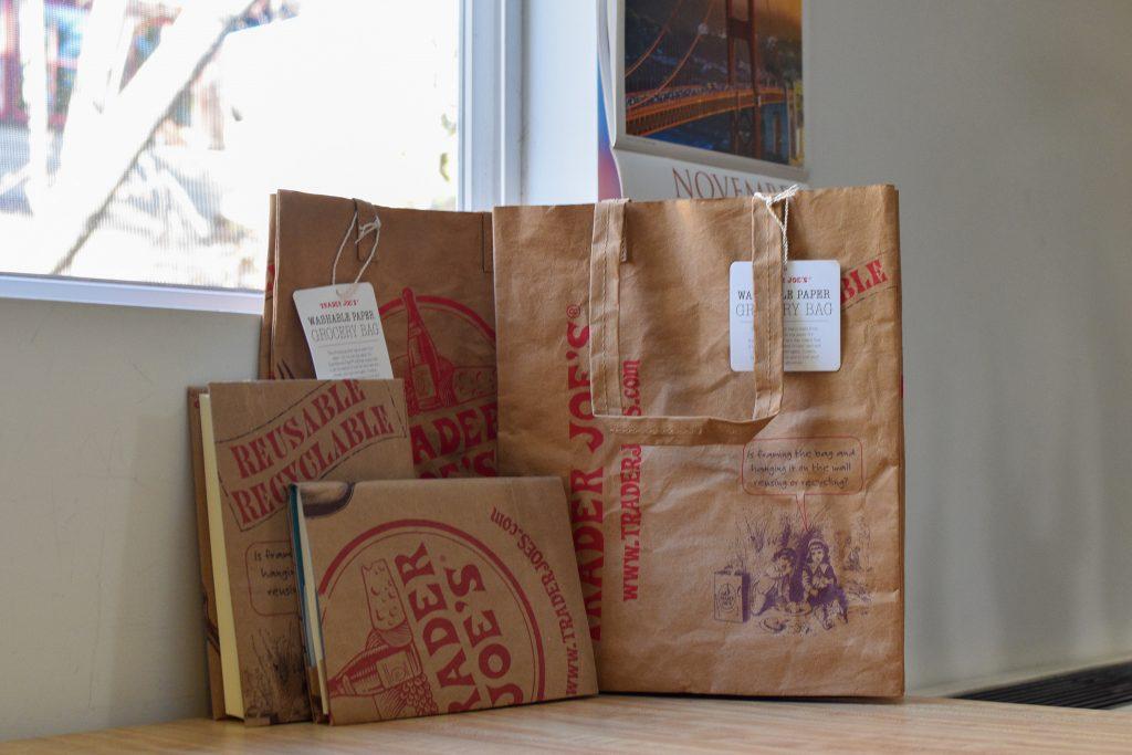 トレーダージョーズウォッシャブルペーパーエコバッグと通常ショップバッグで作ったブックカバー