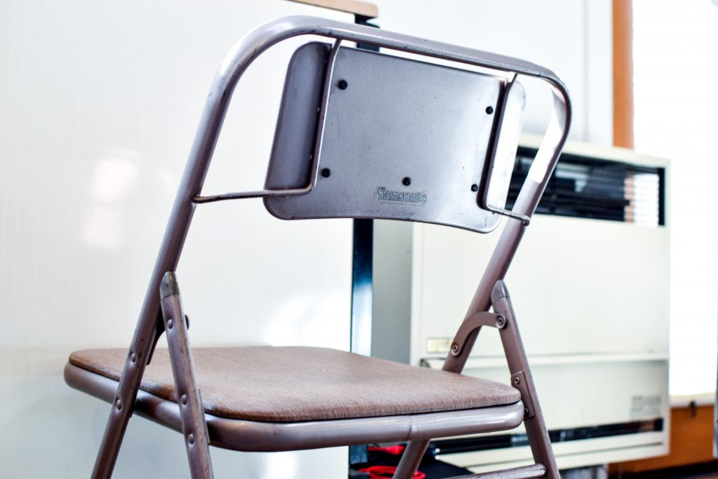 カリフォルニアオークランドコテージでの暮らし with サムソナイトのパイプ椅子