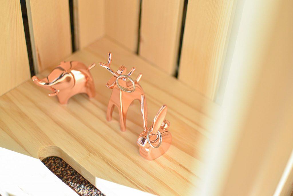 アンブラ(umbra)アニグラムシリーズのリングホルダー(ピンクゴールドの像・トナカイ・バニー)とダックスフンド指輪置き
