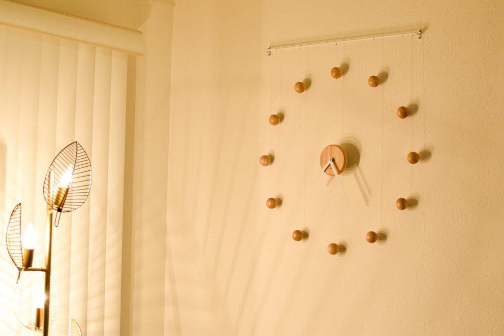 アンブラ(umbra)のハングタイムクロック(壁掛け時計; 夜撮影)