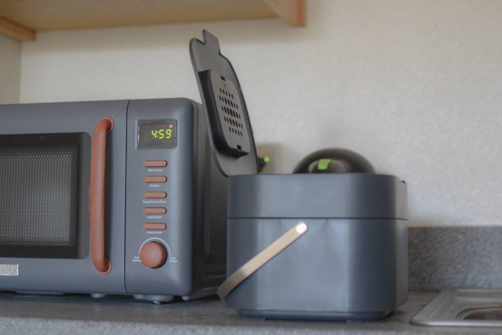 キッチンカウンタートップに置かれたジョセフジョセフスタック生ごみキャディ(グラファイト)