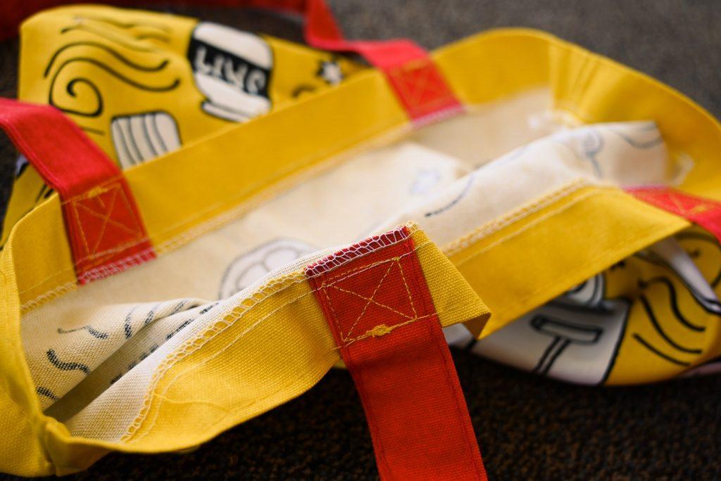 トレーダージョーズ(trader joe's)のエコバッグ(黄×赤×白のブレックファストデザイン)の縫製