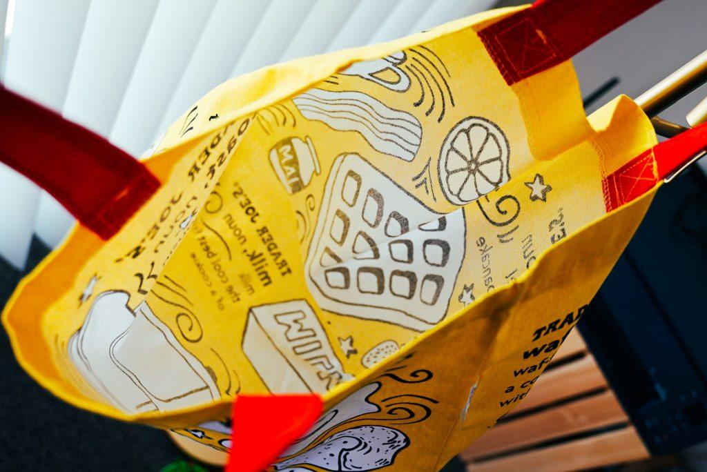 トレーダージョーズ(trader joe's)のエコバッグ(黄×赤×白のブレックファストデザイン)の内側